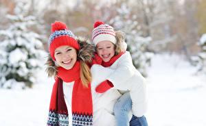 Hintergrundbilder Winter 2 Kleine Mädchen Lächeln Mütze Schal kind