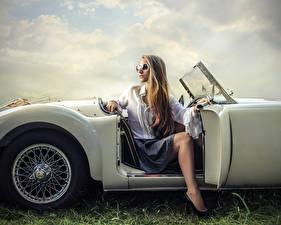 Bilder Blondine Brille Sitzend Mädchens Autos