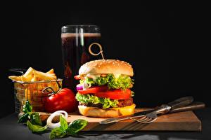 Bilder Burger Fritten Messer Gemüse Bier Schwarzer Hintergrund Schneidebrett Gabel Trinkglas das Essen