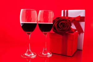 Papéis de parede Feriados Vinho Rosas Fundo vermelho Copo de vinho Dois Presentes Alimentos
