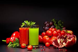 Bilder Saft Tomate Weintraube Granatapfel Schwarzer Hintergrund Trinkglas 2 Lebensmittel