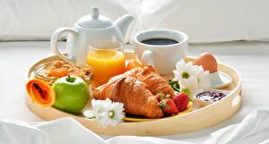Hintergrundbilder Flötenkessel Fruchtsaft Croissant Äpfel Erdbeeren Chrysanthemen Frühstück Tasse Trinkglas Ei