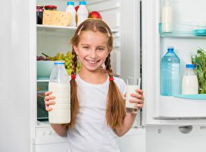 Bilder Milch Kleine Mädchen Lächeln Trinkglas Flasche Zopf Kinder