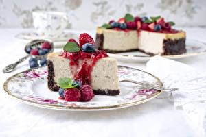 Bilder Himbeeren Stück Teller Cheesecake Lebensmittel