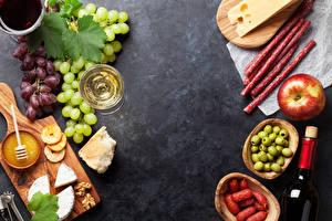 Fotos Wurst Äpfel Oliven Weintraube Wein Käse Nussfrüchte Schneidebrett Weinglas Lebensmittel