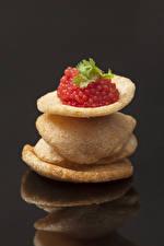 Bilder Meeresfrüchte Caviar Grauer Hintergrund Kartoffelchips Rot Spiegelung Spiegelbild