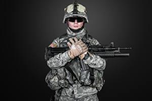 Fotos Soldaten Sturmgewehr Schwarzer Hintergrund Uniform Handschuh Brille Militär