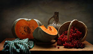 Bilder Stillleben Kürbisse Eberesche Weidenkorb Tisch Lebensmittel