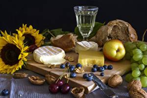 Fotos Stillleben Sonnenblumen Wein Käse Äpfel Weintraube Nussfrüchte Heidelbeeren Schneidebrett Dubbeglas Lebensmittel
