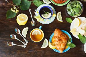 Bilder Tee Zitrone Croissant Bretter Tasse Löffel Blatt Lebensmittel