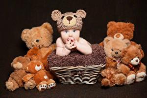 Hintergrundbilder Teddybär Schwarzer Hintergrund Säugling Mütze Weidenkorb kind