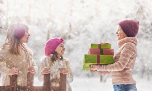 Fotos Drei 3 Kleine Mädchen Junge Geschenke Mütze Lächeln Kinder
