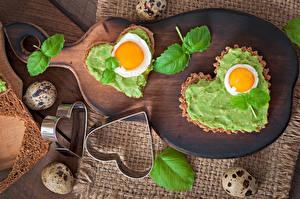 Bureaubladachtergronden Valentijnsdag Brood Snijplank Hartje Eieren Een blad Voedsel