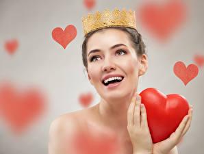 Fotos Valentinstag Krone Grauer Hintergrund Fröhliches Herz Hand junge frau