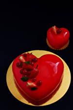 Fotos Valentinstag Süßware Törtchen Beere Torte Schwarzer Hintergrund Teller das Essen