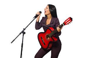 Tapety na pulpit Białe tło Brązowowłosa dziewczyna Gitara Mikrofonem dziewczyna