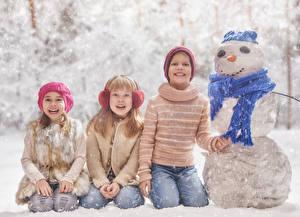 Bilder Winter Jungen Kleine Mädchen Schnee Lächeln Schneemänner Schal Mütze kind
