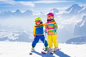 Bilder Winter Skisport Schnee Zwei Junge Kleine Mädchen Helm Brille kind