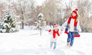 Fotos Winter 2 Schnee Kleine Mädchen Lauf Mütze Schal Kinder Mädchens