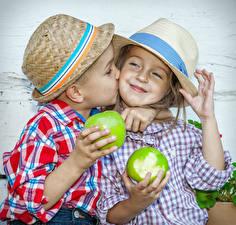 Hintergrundbilder Äpfel Kleine Mädchen Junge Zwei Der Hut Kuss Glücklich Hand Kinder