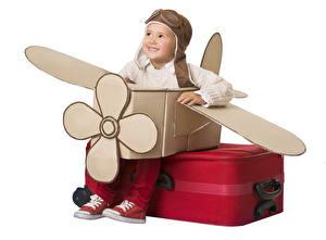 Fotos Kreativ Flugzeuge Weißer hintergrund Junge Koffer Lächeln Helm Kinder