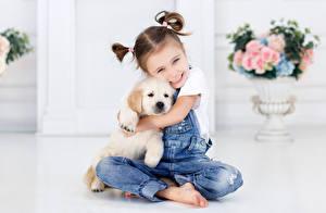 Fotos Hund Kleine Mädchen Lächeln Jeans Sitzen Welpe kind