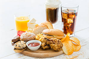 Fotos Getränk Fruchtsaft Sandwich Kekse Muffin Fast food Frühstück Schneidebrett Trinkglas Kartoffelchips
