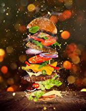 Bilder Hamburger Brötchen Fleischwaren Gemüse Käse Wasser spritzt Lebensmittel
