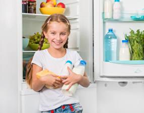 Bilder Milch Kleine Mädchen Flasche Lächeln Kühlschrank Kinder