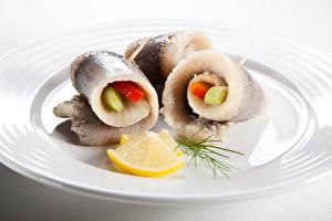 Fotos Meeresfrüchte Fische - Lebensmittel Zitrone Teller Rollmops Lebensmittel