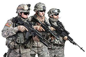 Hintergrundbilder Soldaten Sturmgewehr Weißer hintergrund Drei 3 Uniform Brille