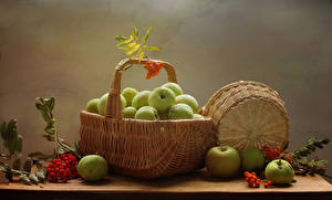 Fotos Stillleben Äpfel Mehlbeeren Weidenkorb Lebensmittel