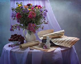 Bilder Stillleben Astern Noten Weintraube Sträuße Vase Tisch Blumen
