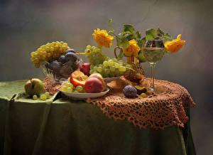 Bilder Stillleben Rosen Wein Obst Weintraube Äpfel Pflaume Pfirsiche Gelb Weinglas Tisch