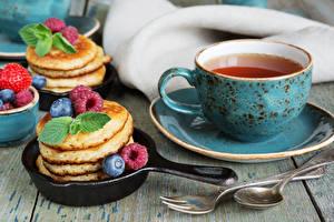 Bilder Tee Eierkuchen Himbeeren Heidelbeeren Frühstück Tasse Löffel