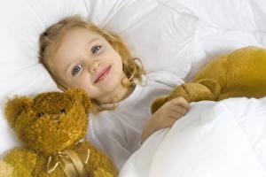 Fotos Knuddelbär Kleine Mädchen Lächeln Blick Kinder