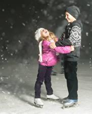 Bilder Zwei Junge Kleine Mädchen Schlittschuh Mütze Lächeln Schnee Kinder Sport