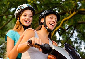 Bilder Zwei Glücklich Helm Motorradfahrer Mädchens