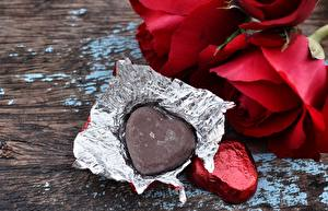Wallpapers Valentine's Day Rose Candy Chocolate Wood planks Heart Two Food Flowers
