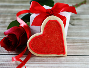 Bilder Valentinstag Rosen Kekse Bretter Rot Geschenke Herz Band Lebensmittel Blumen
