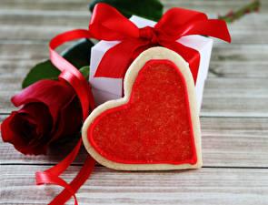 Sfondi desktop Festa di san Valentino Rose Biscotti Tavole Rosso Regali Cuore Nastro alimento Fiori