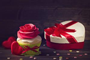 Hintergrundbilder Valentinstag Rosen Cupcake Bretter Geschenke Design Herz Rot Lebensmittel