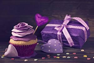Bilder Valentinstag Rosen Süßigkeiten Cupcake Bretter Design Herz Geschenke Violett Lebensmittel
