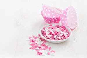 Bilder Valentinstag Süßigkeiten Bonbon Weißer hintergrund Teller Herz Lebensmittel