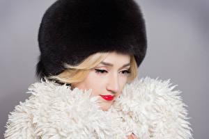 Fonds d'écran Hiver Fond gris Blondeur Fille Chapeau d'hiver Filles