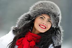 Fonds d'écran Hiver Fond gris Visage Sourire Chapeau d'hiver Écharpe Dents Filles
