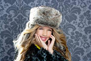 Hintergrundbilder Winter Kleine Mädchen Lächeln Hand Mütze Süßes Kinder