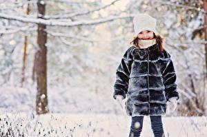 Bilder Winter Kleine Mädchen Mütze Pelzmantel kind