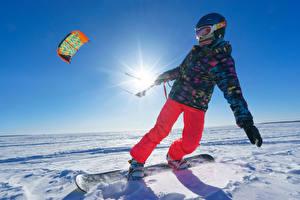 Fotos Winter Snowboard Schnee Junge Helm Sonne Jacke Kinder Sport