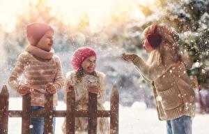 Fotos Winter Drei 3 Kleine Mädchen Jungen Schnee Mütze Freude Kinder
